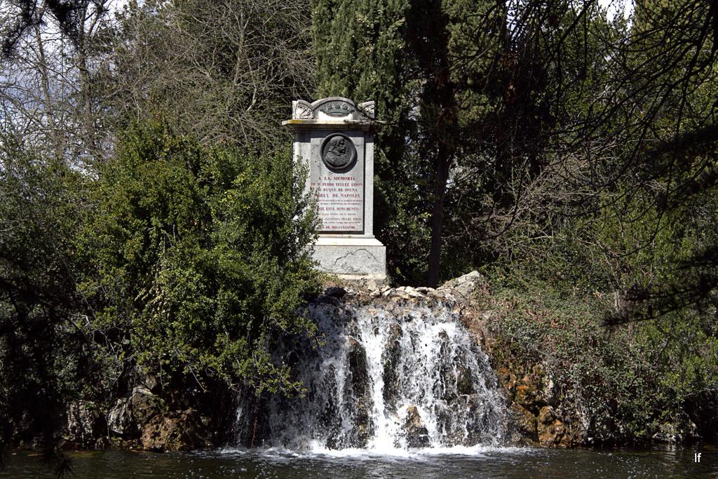Lago isla y monumento al iii duque de osuna n s 11 12 13 for Trazado sinuoso